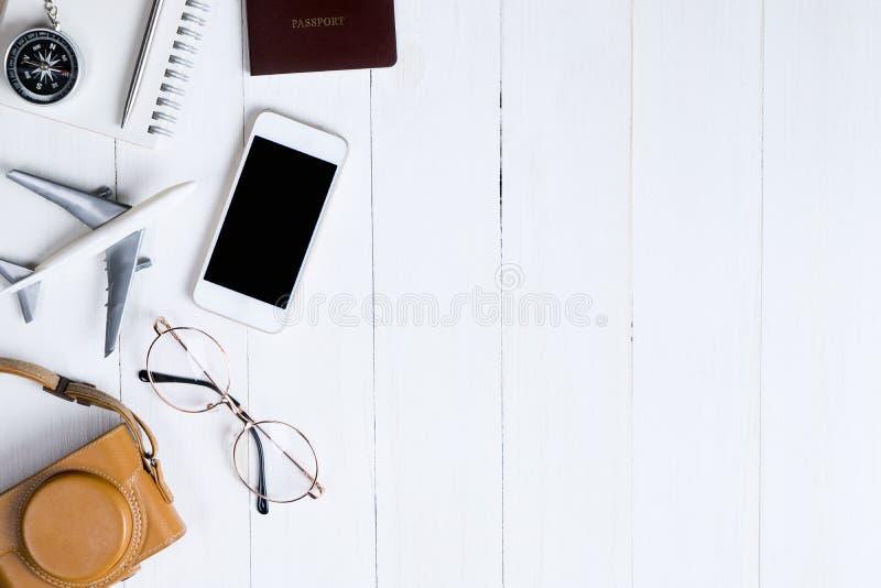 Αντικείμενα ταξιδιού flatlay άσπρο σε ξύλινο στοκ φωτογραφία με δικαίωμα ελεύθερης χρήσης