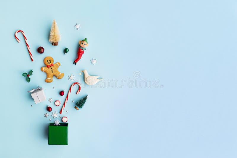 Αντικείμενα Χριστουγέννων σε ένα κιβώτιο δώρων στοκ φωτογραφίες