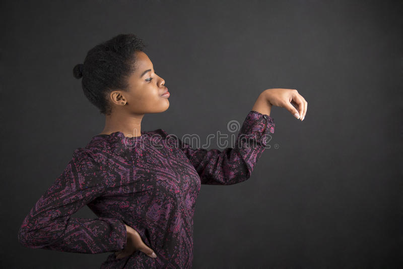 Αντικείμενο εκμετάλλευσης γυναικών αφροαμερικάνων έξω στην πλευρά στο υπόβαθρο πινάκων στοκ εικόνα με δικαίωμα ελεύθερης χρήσης