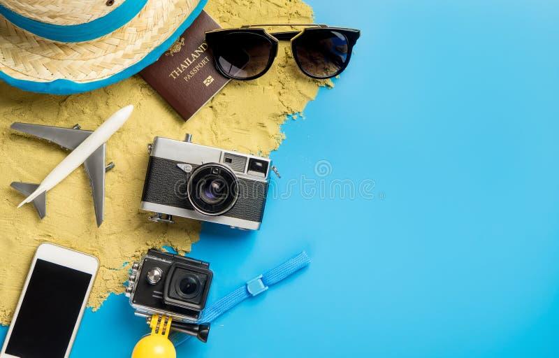 Αντικείμενο και συσκευές ταξιδιού παραλιών για τον ταξιδιώτη διακοπών στο μπλε διάστημα αντιγράφων στοκ φωτογραφίες