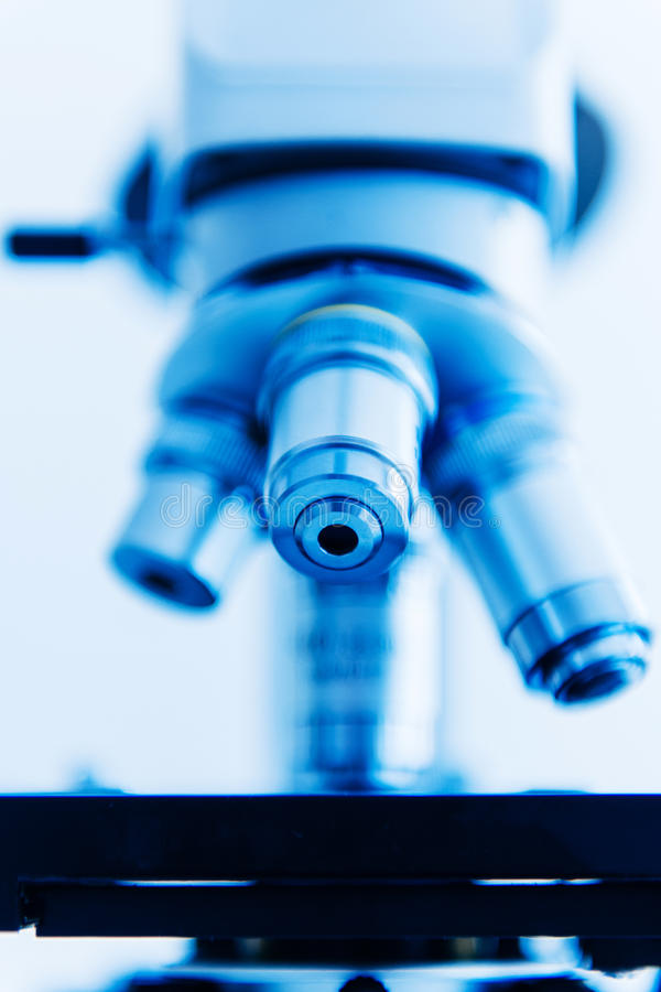 Αντικειμενικός φακός μικροσκοπίων στο σύγχρονο εργαστηριακό εσωτερικό στοκ φωτογραφία