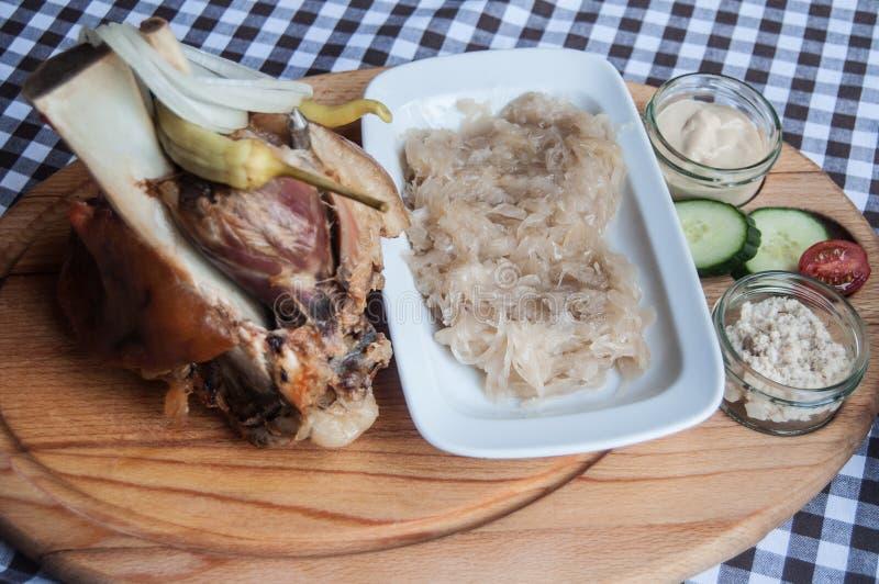 Αντικνήμιο και sauerkraut, αγγούρια, σάλτσα στοκ φωτογραφίες με δικαίωμα ελεύθερης χρήσης