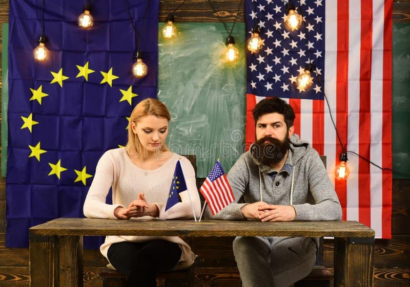 Αντιπαράθεση μεταξύ της Ευρωπαϊκής Ένωσης των ΗΠΑ και Αμερικανός, ΕΕ, εθνικές σημαίες ΕΚ Έννοια της εξωτερικής πολιτικής στοκ φωτογραφίες