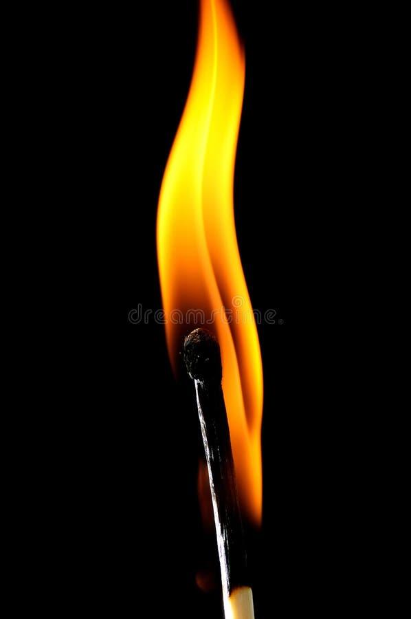 Αντιστοιχία που εκρήγνυται στη φλόγα στοκ εικόνες