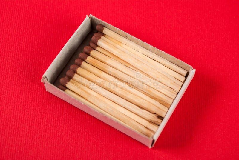 Αντιστοιχίες στο κιβώτιο στο κόκκινο υπόβαθρο στοκ φωτογραφία με δικαίωμα ελεύθερης χρήσης
