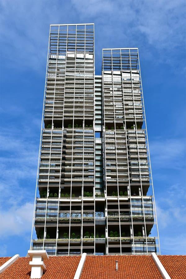 Αντιτιθέμενη αρχιτεκτονική και μπλε φόντο ουρανού στοκ φωτογραφία με δικαίωμα ελεύθερης χρήσης