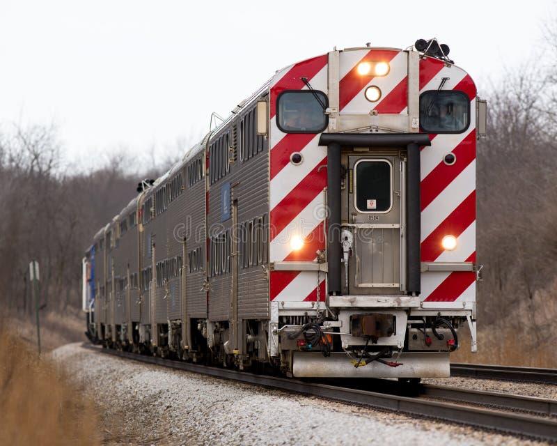 Αντιφατική ανατολή κεφαλιών αμαξοστοιχιών περιφερειακού σιδηροδρόμου Metra στοκ φωτογραφίες