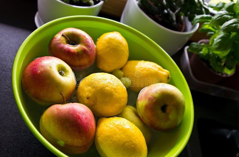 Αντι επεξεργασία φρούτων φυτοφαρμάκων στην εγχώρια κουζίνα στοκ φωτογραφία με δικαίωμα ελεύθερης χρήσης
