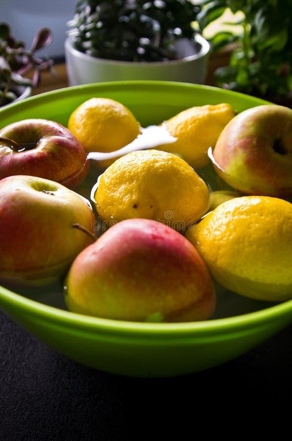 Αντι επεξεργασία φρούτων φυτοφαρμάκων στην εγχώρια κουζίνα στοκ φωτογραφία