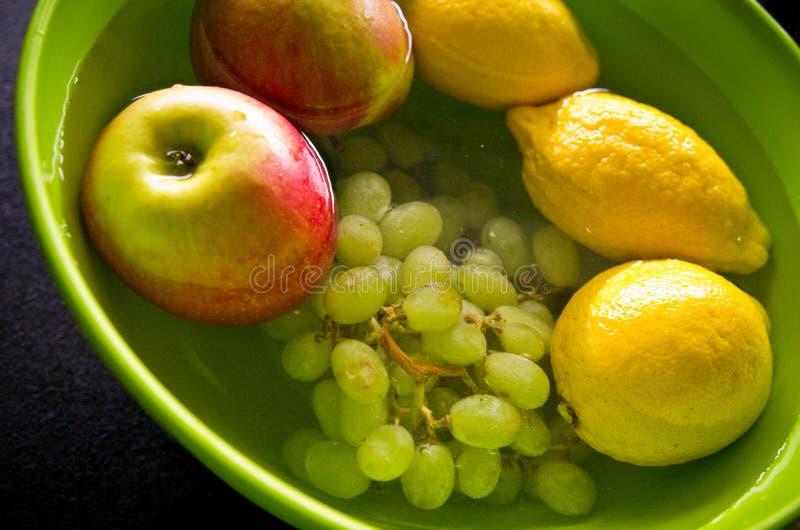 Αντι επεξεργασία φρούτων φυτοφαρμάκων στην εγχώρια κουζίνα στοκ εικόνες
