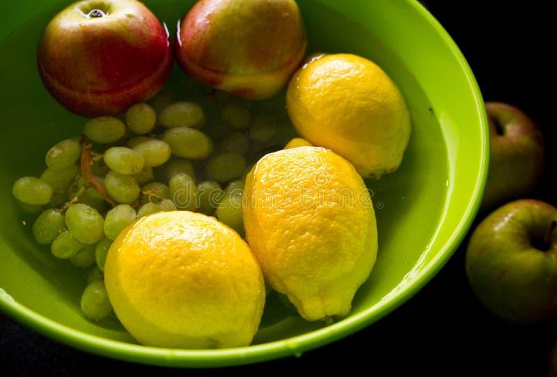 Αντι επεξεργασία φρούτων φυτοφαρμάκων στην εγχώρια κουζίνα στοκ φωτογραφίες
