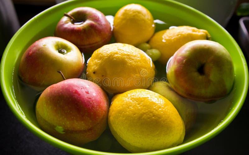 Αντι επεξεργασία φρούτων φυτοφαρμάκων στην εγχώρια κουζίνα στοκ εικόνα