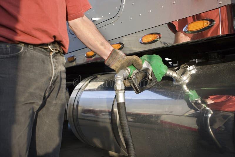 αντλώντας truck αερίου οδηγών στοκ φωτογραφίες