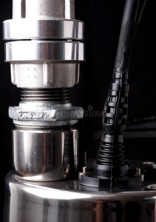 Αντλία, ενιαία - αντλία σκηνικού ανοξείδωτου ψαλιδίζοντας απομονωμένο λευκό ύδατος αντλιών μονοπατιών στοκ φωτογραφίες