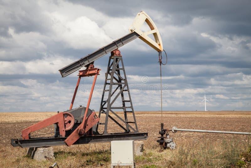 Αντλία πετρελαίου, νεφελώδης ουρανός στοκ φωτογραφία με δικαίωμα ελεύθερης χρήσης