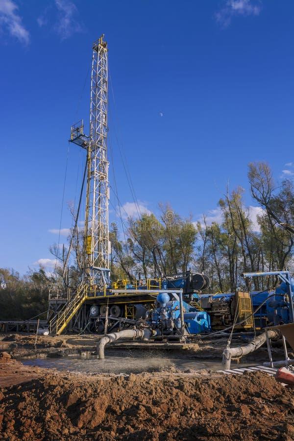 Αντλίες λάσπης μπροστά από την εγκατάσταση γεώτρησης γεώτρησης πετρελαίου στοκ φωτογραφία με δικαίωμα ελεύθερης χρήσης
