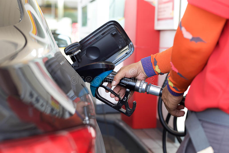 Αντλώντας αέριο σε ένα αυτοκίνητο στοκ φωτογραφία με δικαίωμα ελεύθερης χρήσης