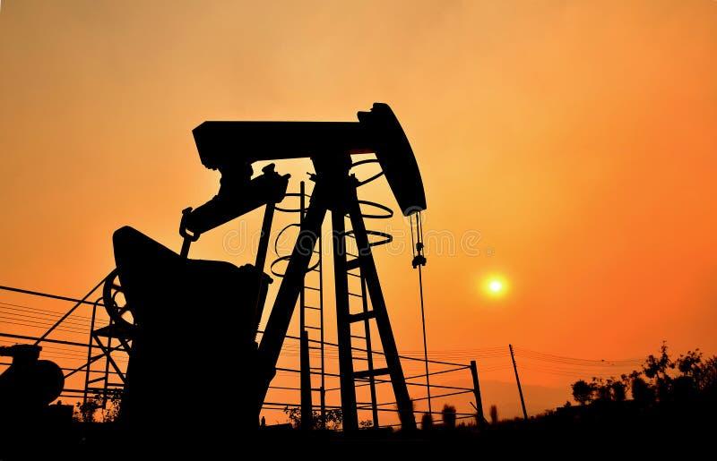Αντλώντας αργό πετρέλαιο Pumpjack από την πετρελαιοπηγή στοκ φωτογραφίες με δικαίωμα ελεύθερης χρήσης