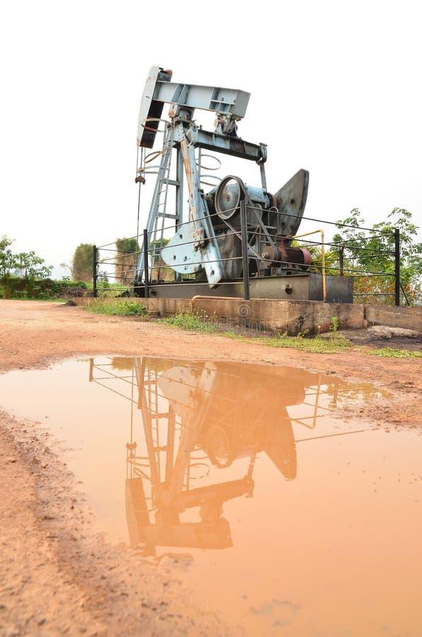 Αντλώντας αργό πετρέλαιο Pumpjack από την πετρελαιοπηγή στοκ φωτογραφίες