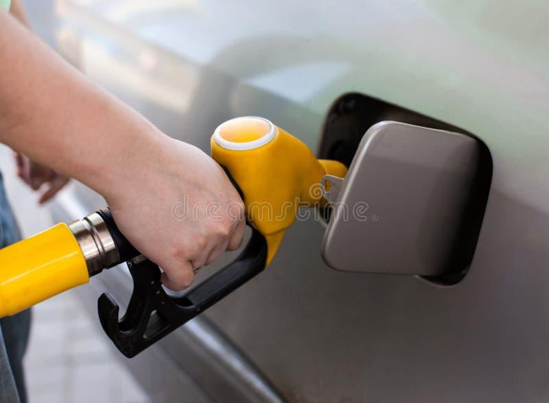 Αντλώντας βενζίνη οδηγών στο βενζινάδικο στοκ εικόνα