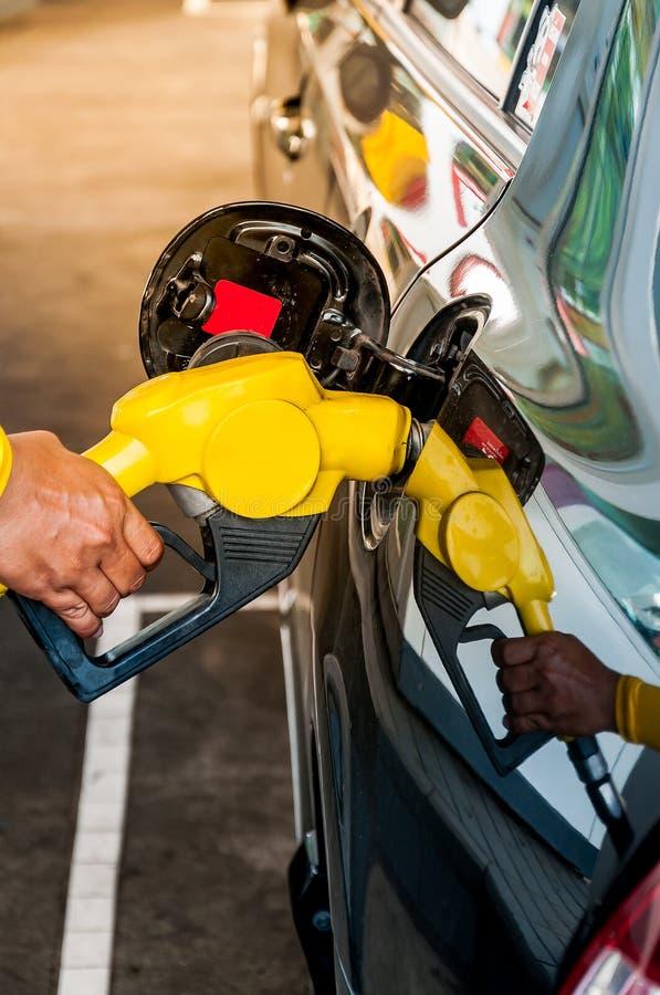 Αντλώντας βενζίνη οδηγών στοκ φωτογραφίες