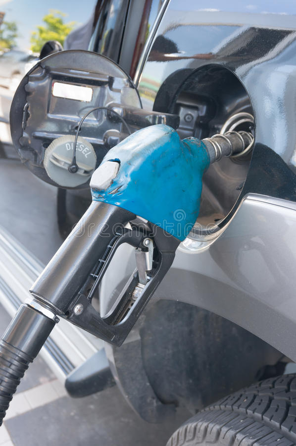 Αντλώντας βενζίνη στο βενζινάδικο στοκ εικόνα