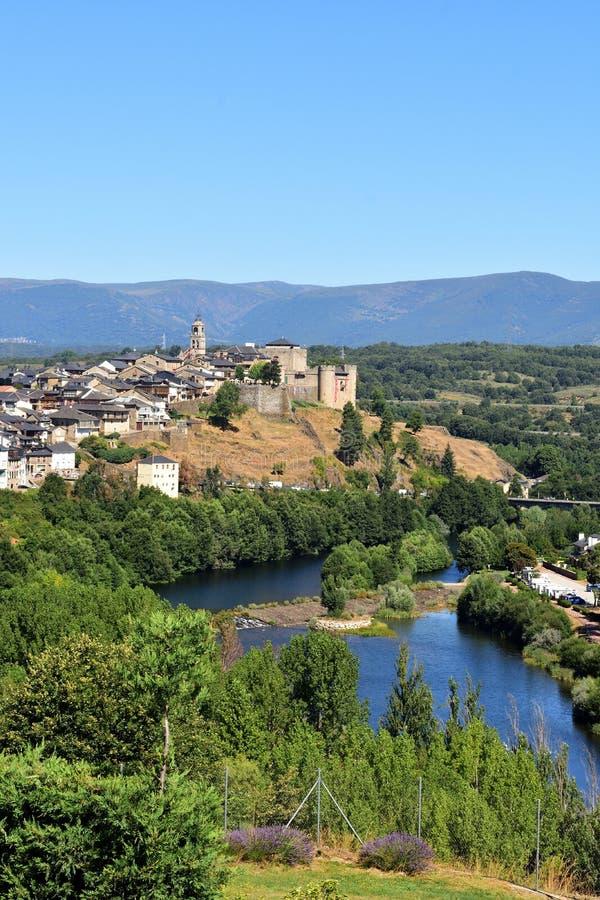 Ανυψωμένη άποψη της μεσαιωνικής πόλης του Πουέμπλα de Sanabria και στοκ φωτογραφία με δικαίωμα ελεύθερης χρήσης