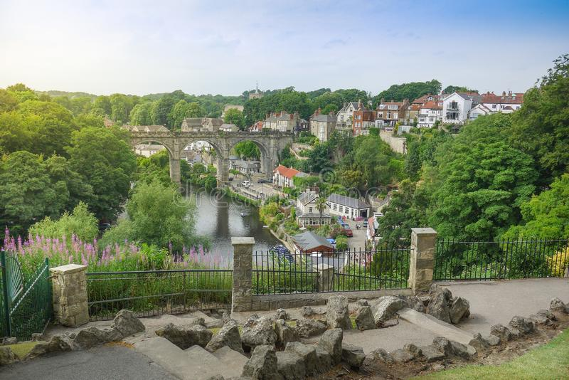 Ανυψωμένη άποψη της όμορφης αγγλικής πόλης Knaresborough με την οδογέφυρα, τα εξοχικά σπίτια και το μονοπάτι πετρών στοκ φωτογραφίες με δικαίωμα ελεύθερης χρήσης