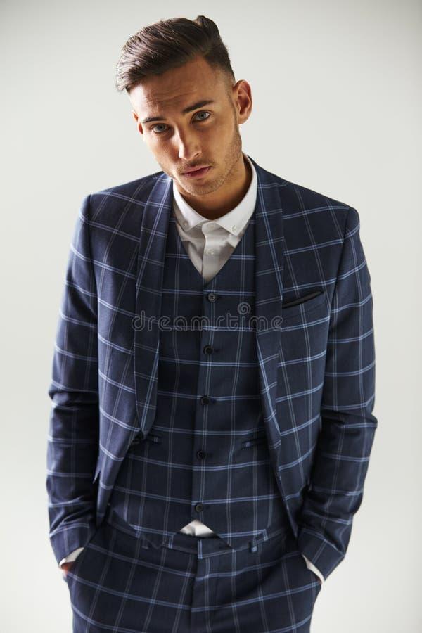 Ανυψωμένη άποψη του νεαρού άνδρα που φορά το κοστούμι στοκ εικόνες με δικαίωμα ελεύθερης χρήσης