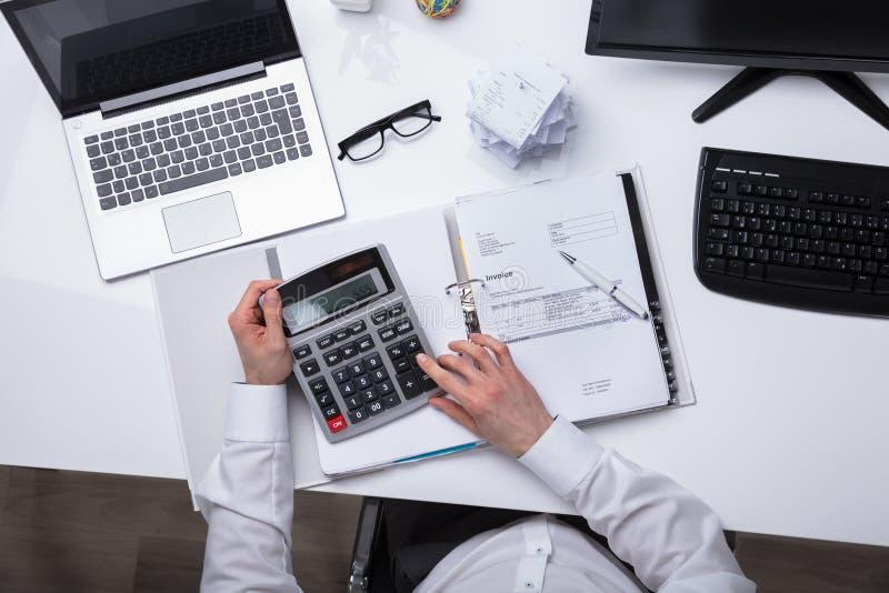 Ανυψωμένη άποψη του τιμολογίου υπολογισμού Businessperson στοκ εικόνες με δικαίωμα ελεύθερης χρήσης
