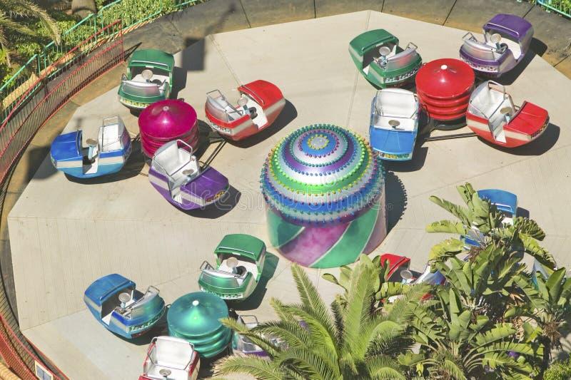 Ανυψωμένη άποψη των λαμπρά χρωματισμένων γύρων αυτοκινήτων καρναβαλιού στο Ντάρμπαν, Νότια Αφρική στοκ εικόνα