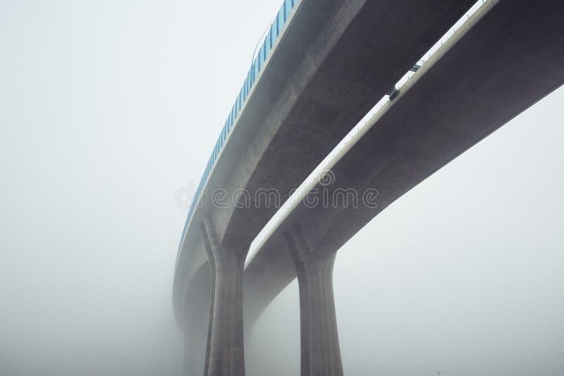 Ανυψωμένη εθνική οδός στην ομίχλη μυστηρίου στοκ φωτογραφία με δικαίωμα ελεύθερης χρήσης