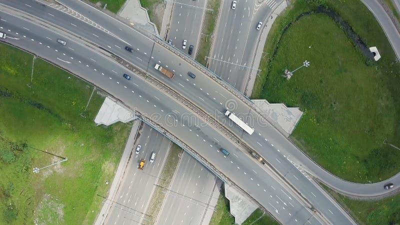 ανυψωμένη οδός ταχείας κυκλοφορίας συνδετήρας Τοπ άποψη στις καμπύλες και τις γραμμές εθνικής οδού πόλεων Η καμπύλη της γέφυρας α στοκ εικόνες