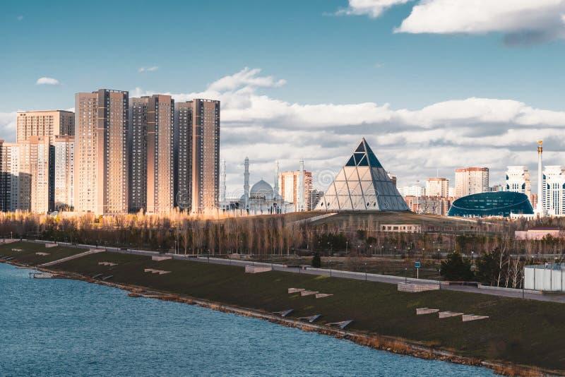 Ανυψωμένη πανοραμική άποψη πέρα από Astana στο Καζακστάν με το παλάτι της ειρήνης και της συμφιλίωσης στοκ φωτογραφία