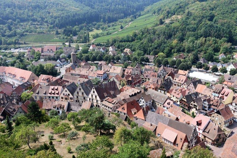 Ανυψωμένη πανοραμική άποψη του μεσαιωνικού χωριού στην Αλσατία Γαλλία στοκ φωτογραφία με δικαίωμα ελεύθερης χρήσης
