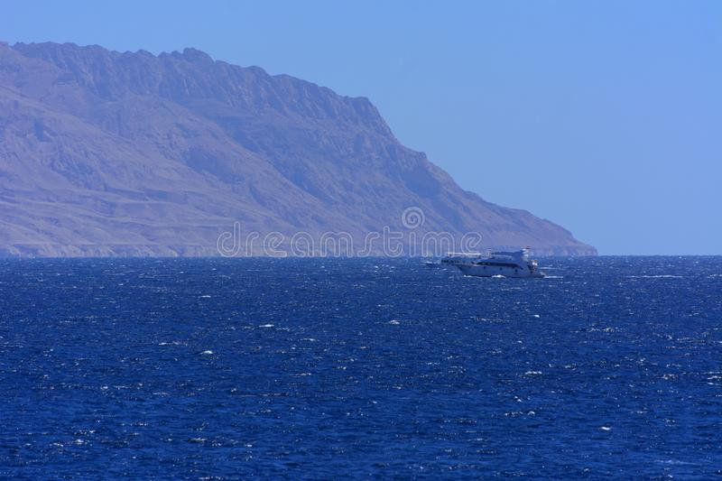 Ανυψωμένος επάνω από τη θάλασσα - επίπεδο, όμορφες κοραλλιογενείς ύφαλοι τα βουνά μορφής και βράχοι ενάντια στο μπλε ουρανό και τ στοκ εικόνες