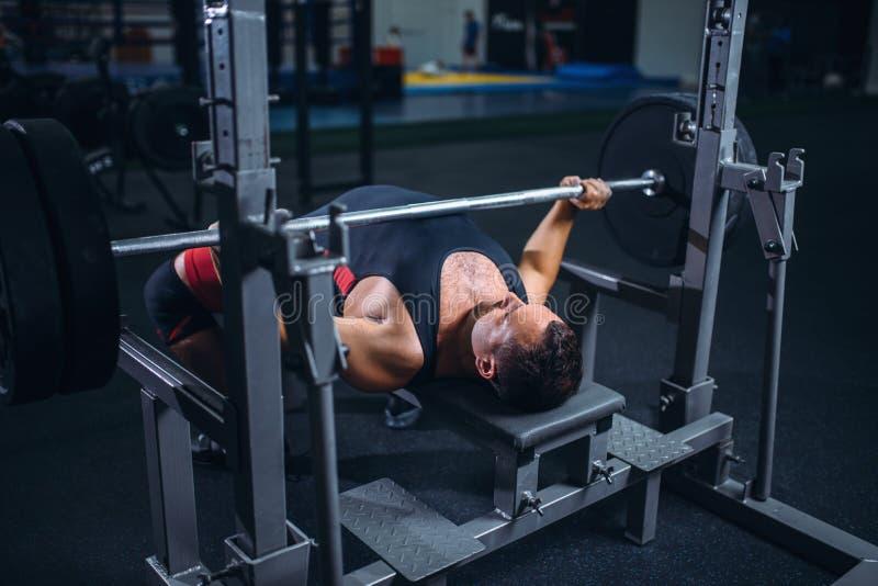 Ανυψωτής βάρους στη μηχανή άσκησης με το barbell στοκ φωτογραφία