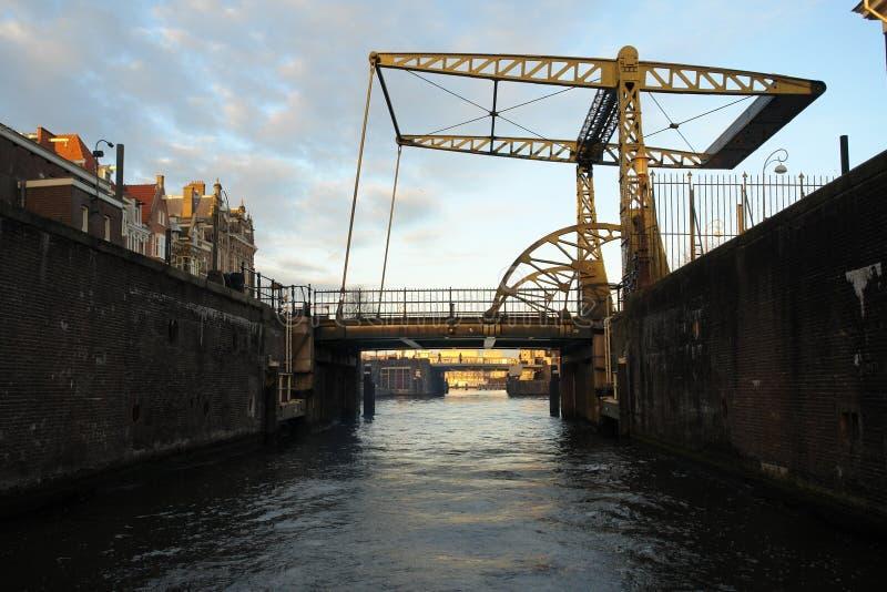 Ανυψωτικές γέφυρες πέρα από τα κανάλια στο Άμστερνταμ στοκ φωτογραφία
