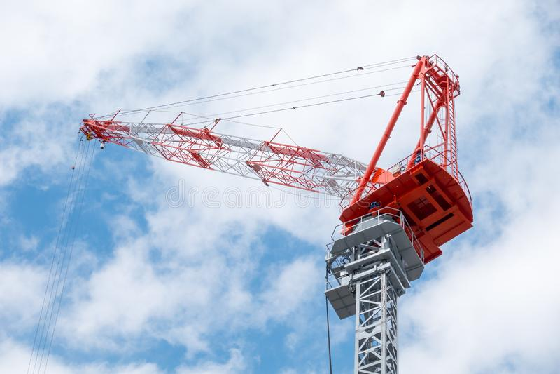 Ανυψωτικοί γερανοί για τη Οικοδομική Βιομηχανία, που χρησιμοποιείται για να ανυψώσει επάνω τις υψηλές βοήθειες για να χτίσει ή να στοκ φωτογραφίες