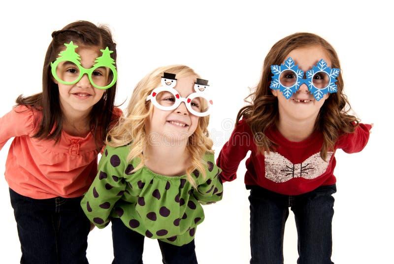 Ανόητα κορίτσια που φορούν τα γυαλιά Χριστουγέννων διασκέδασης στοκ εικόνα με δικαίωμα ελεύθερης χρήσης