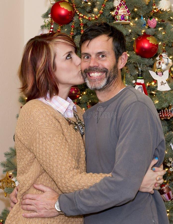 Ανόητο άτομο που φιλιέται από τη σύζυγό του στοκ εικόνα