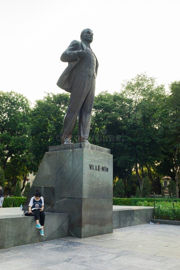 Ανόι, Βιετνάμ - 10 Ιουλίου 2016: Άγαλμα του Βλαντιμίρ Ilyich Λένιν, με ένα βιβλίο ανάγνωσης σπουδαστών από το άγαλμα, στο πάρκο Λ στοκ φωτογραφίες με δικαίωμα ελεύθερης χρήσης