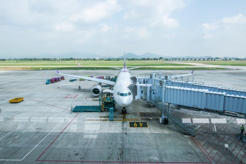 Ανόι, Βιετνάμ - 15 Οκτωβρίου 2018: Άποψη του αεροπλάνου αερογραμμών του Βιετνάμ που σταθμεύουν στο διεθνή αερολιμένα Noi Bai, Ανό στοκ εικόνα