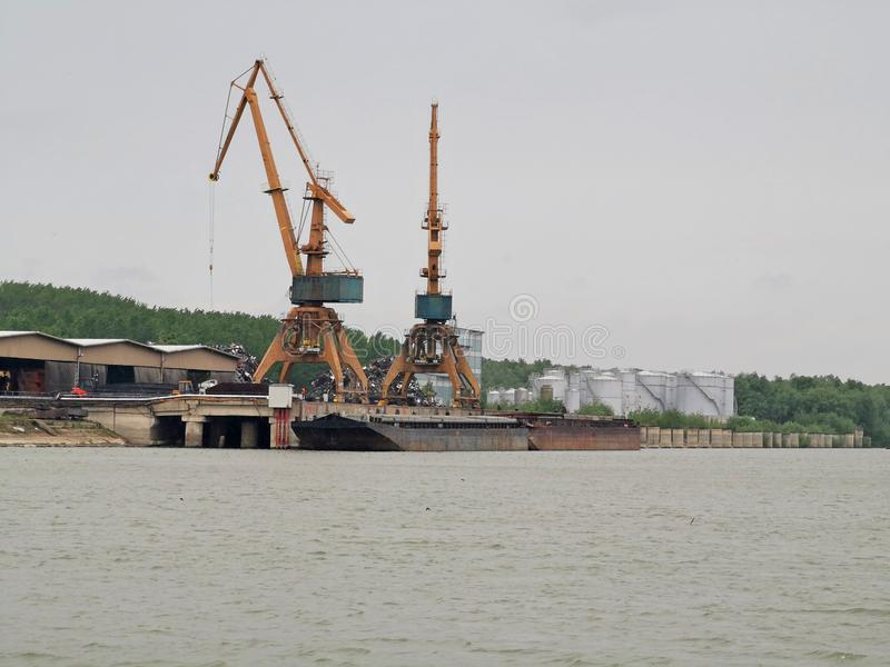 Ανύψωση των μεγάλων γερανών για τη φόρτωση σκαφών στοκ εικόνες