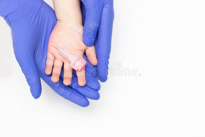 Ανώδυνος και σύγχρονος τρόπος το αίμα από ένα δάχτυλο που χρησιμοποιεί έναν ανασκαπτήρα, γενική κλινική ανάλυση ενός αίματος παιδ στοκ φωτογραφία με δικαίωμα ελεύθερης χρήσης