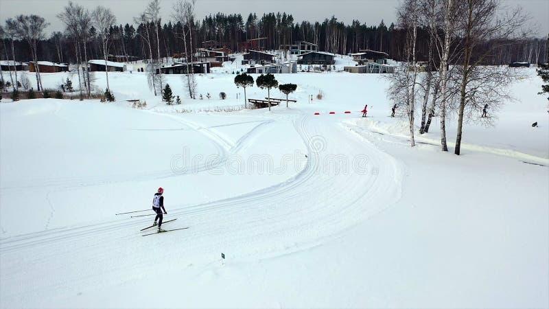 Ανώμαλοι κάνοντας σκι αθλητές το χειμώνα footage Τοπ άποψη των επαγγελματικών αθλητών σκι που εκπαιδεύουν στο ανώμαλο σκι στοκ φωτογραφίες