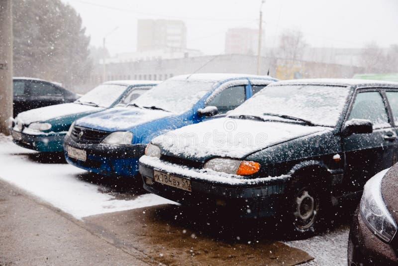 Ανώμαλο αυτοκίνητο κυκλώνων με τις χιονοπτώσεις στοκ εικόνα με δικαίωμα ελεύθερης χρήσης