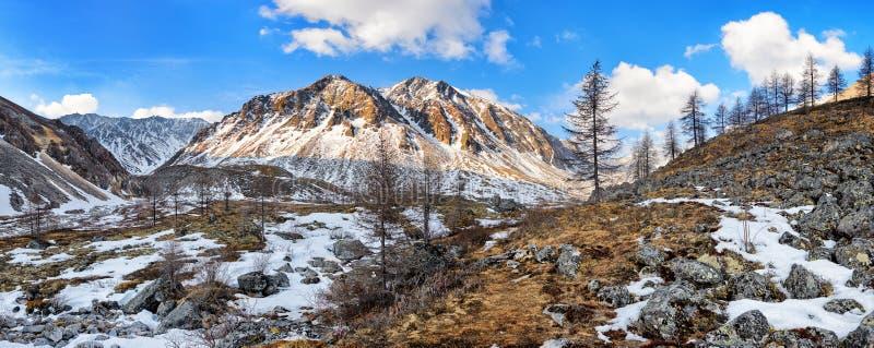 Ανώνυμες αιχμή βουνών και κοιλάδα ρευμάτων Σιβηρικό αλπικό Tundra στοκ εικόνα με δικαίωμα ελεύθερης χρήσης