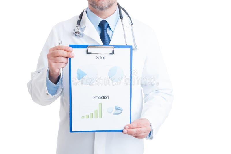 Ανώνυμος γιατρός που παρουσιάζει ιατρικά διαγράμματα στοκ εικόνα