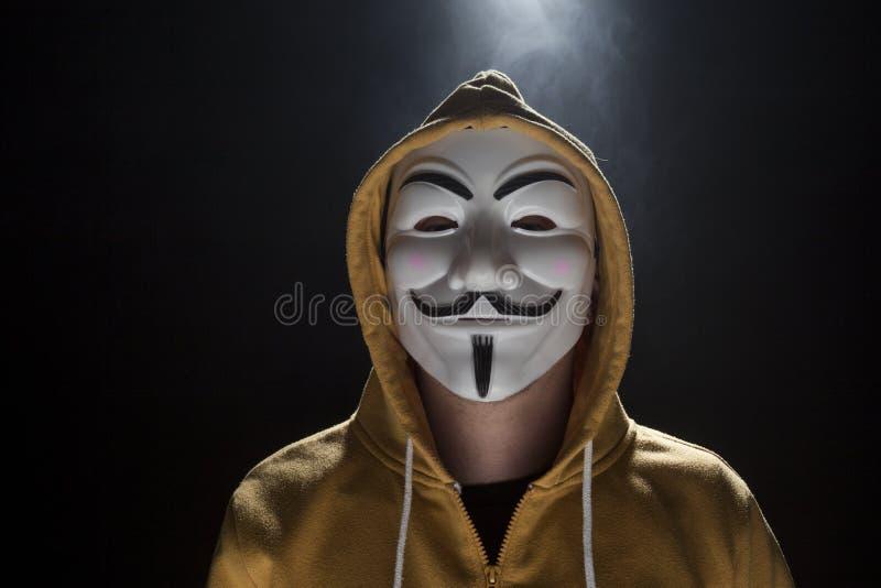 Ανώνυμος χάκερ ενεργών στελεχών με τον πυροβολισμό στούντιο μασκών στοκ φωτογραφία